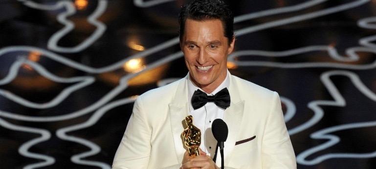 Matthew McConaughey holding oscar at academy awards ceremony